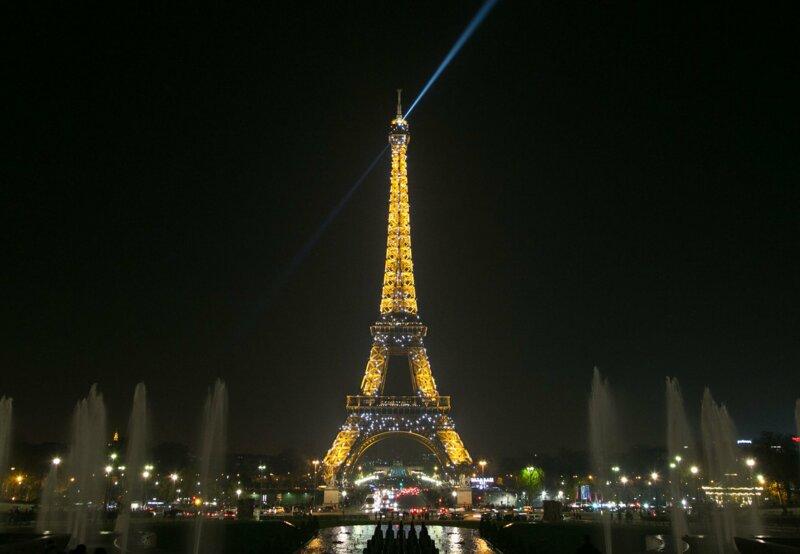 Dans la chanson du Jacques Dutronc, lorsque Paris s'éveille, que font les travestis et les streapteaseuses?