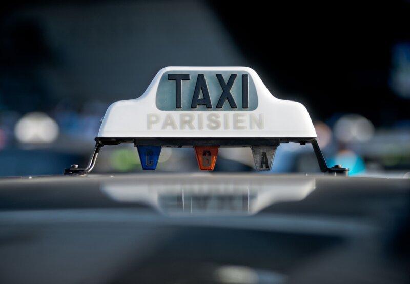 Quel est le nom du film de Jafar Panahi, dans lequel il se glisse dans la peau d'un chauffeur de taxi?