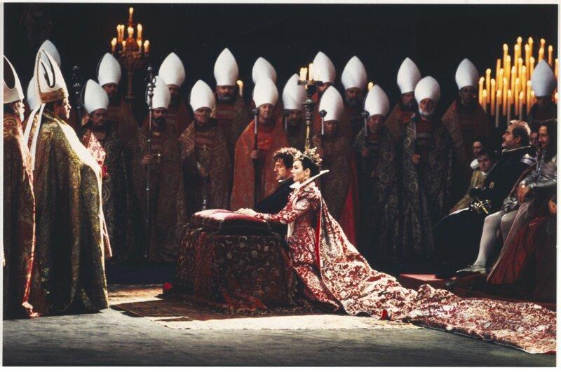 En 1572, lors de son mariage avec la catholique reine Margot, Henri IV, en tant que protestant, n'eut pas le droit d'assister à la messe. Quand le cardinal demanda à Marguerite si elle acceptait le mariage, elle répondit :